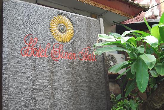 Hotel Sinar Bali: 路地を入ったところ