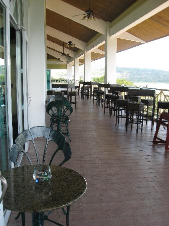 Gamboa Rainforest Resort: Patio section of the lobby bar.
