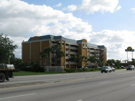 Days Inn Fort Lauderdale-Oakland Park Airport North:                   situe sur un boulevard frequente