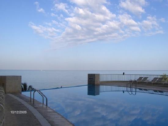 Irotama Resort: Piscine à débordement