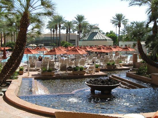 Indian Wells, Kalifornia: Hotel pool and fountain