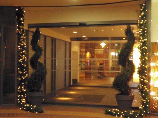 Entrada al hotel en navidad.: fotografu00eda de Swissu00f4tel ...