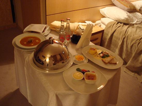 Royal Square Hotel & Suites: Room Service