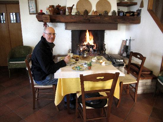 Agriturismo I Mandorli: Breakfast by the open fire