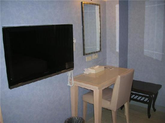 Skoal Hotel: TV and Table