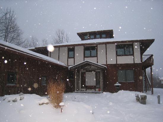 Berkshires Shirakaba Guest House: House entryway in snowfall