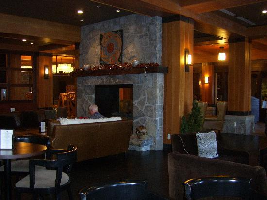 Nita Lake Lodge : Lounge area at the Lodge