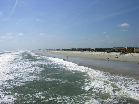Holiday Isle Oceanfront Resort: Strand und Umgebung vom Hotel