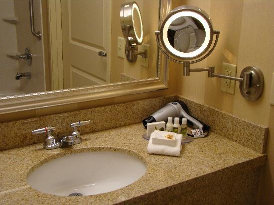 BEST WESTERN PLUS University Park Inn & Suites: nice bathroom with bath & body works amenities