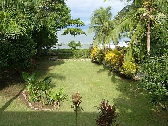 Casa Dos Rios: Large grassy lawn that leads you to the beach