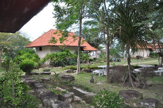 Buritara Resort & Spa at Koh Phangan: The bungalows of the resort and the small path leading there.