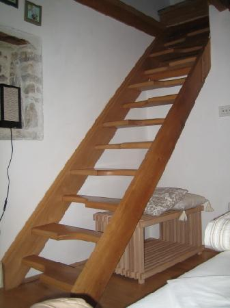 Salvezani Apartment: stairs to attic, app.2