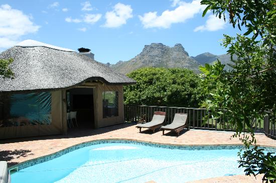 Chapman's Peak Bed and Breakfast: view on the swimmingpool