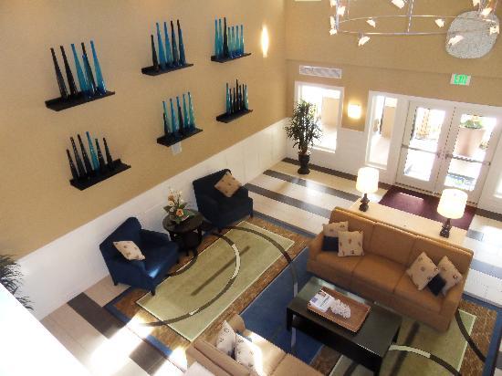 Best Western Plus Marina Gateway Hotel: Sitting area in the lobby w/ fireplace