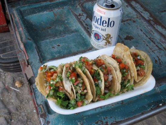 Ajijic, Mexico: Cerveza Modelo y Taco on a tailgate in the street.