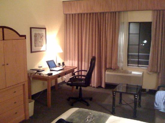 Radisson Hotel Chatsworth: The desk near the window.