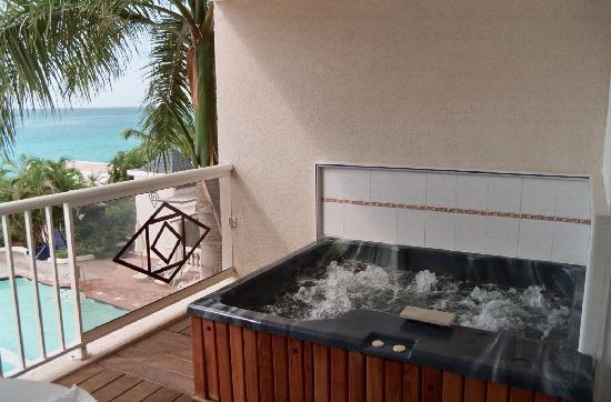 Hot tub on balcony didn 39 t use picture of sapphire for Balcony hot tub