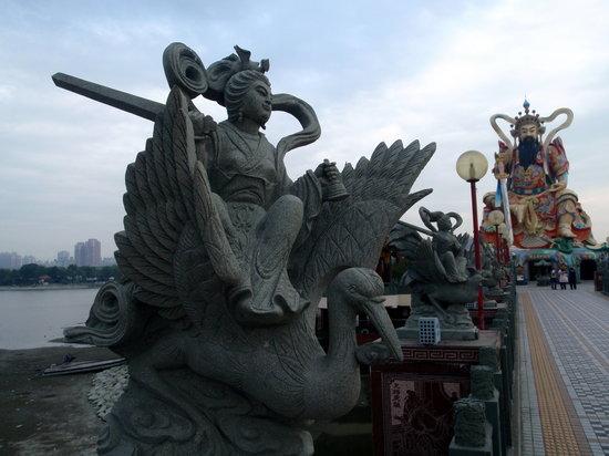 Гаосюн, Тайвань: The temple from the bridge