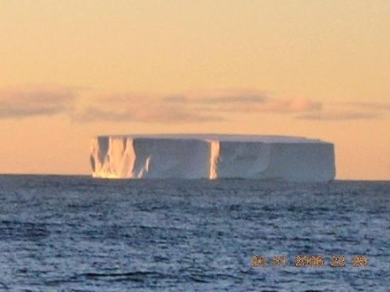 Wyspa Rossa: I can hear the theme from 2001...this ice berg was 70 STORIES high!!!!! we were a REALLLY long w