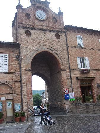 La Mela Rosa Bed & Breakfast: The clock tower in the town of Amondola