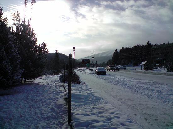 Valley Hi Motel: Blick aufs Skigebiet von vor dem Hotel aus