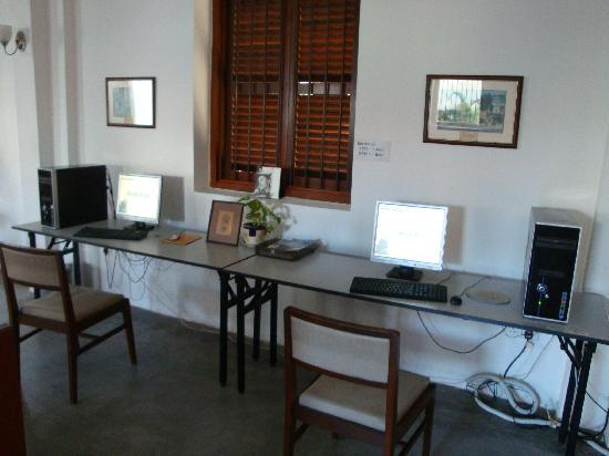 Hutton Lodge: Computers with Internet access (RM$3 for 1/2 hour & RM$5 for 1 hour)