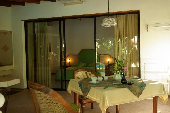Ayubowan Swiss Lanka Bungalow Resort : autre vue de la terrasse et de la chambre