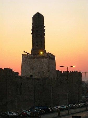 Sharia Al Mu'izz Li-Din Allah : Minerate of the al-Hakim Mosque, with the Bab-Al-Futuh in the background