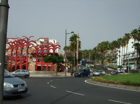 Hotel Jardin Tropical: The shopping center near the hotel