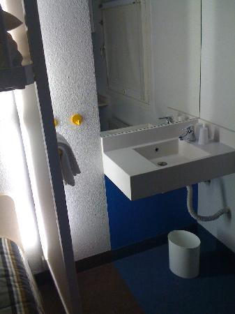 hotelF1 Poitiers nord Futuroscope: Juillet 2009 - coin lavabo