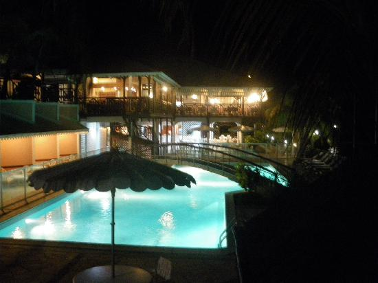 Hotel Bois Joli: Hotel pool by night