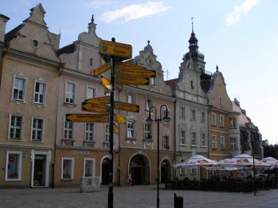 Opole, Poland: Kamienice i drogowskaz