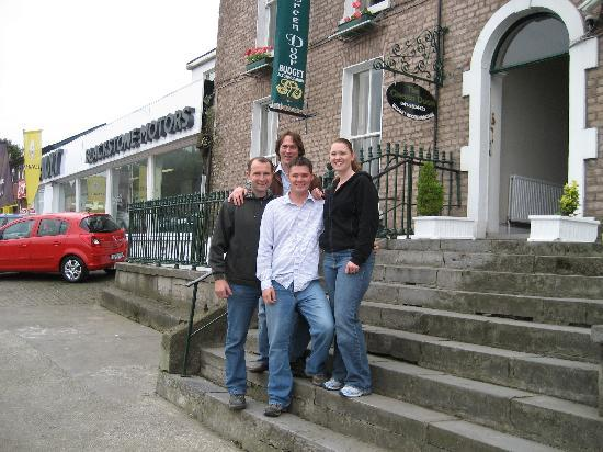 Drogheda, Ierland: In front of the Green door with Norm and Eamon