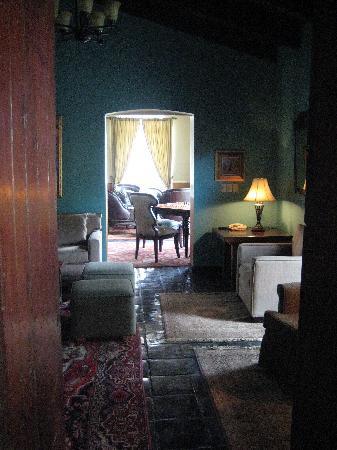 Todos Santos Inn: looking through reading room into the bar