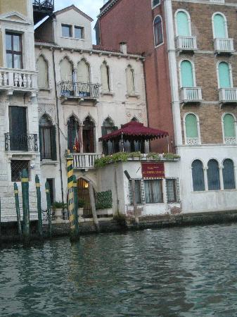 Al Ponte Antico Hotel: hotel from gondola