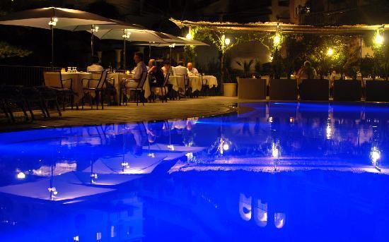 Hotel La Vega: La suggestiva atmosfera del ristorante di sera sulla piscina