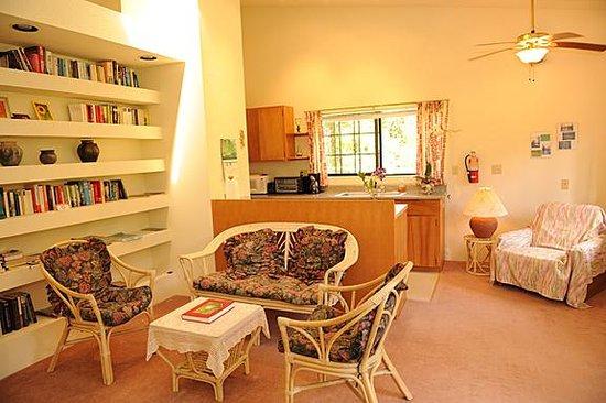 Hale Moana Bed & Breakfast : Hale Moana Hawaii Bed & Breakfast - Garden Suite Living Room/Kitchenette