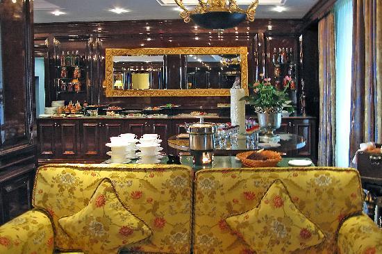 The Ritz-Carlton, Moscow : Buffet snacks in club lounge