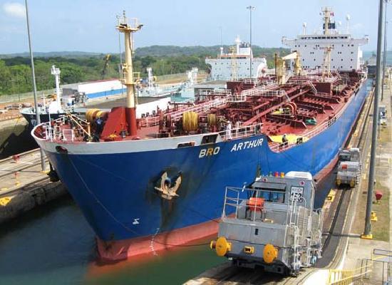 Panama: schip in Gatun sluizen
