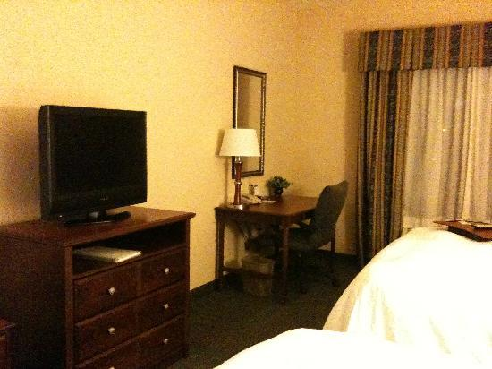 Hampton Inn & Suites Indianapolis-Airport: Desk (free internet access)