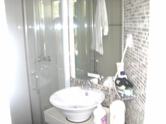 Shenzhen LOFT Youth Hostel: saubere Dusche,WC