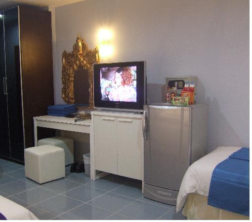 Chalong Beach Hotel and Spa : La tele et le frigo