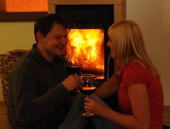 Romantik Lodge am Wanderreiterhof Kern: Gemütlich vorm Kamin mit einen Glas Rotwein