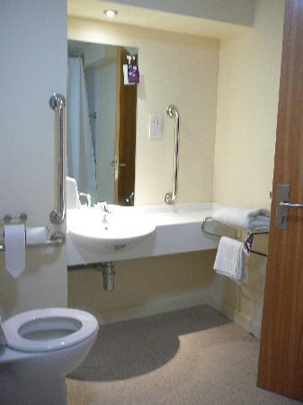 Premier Inn Glasgow City Centre (Argyle Street) Hotel: Lavabo et toilettes vus du bain