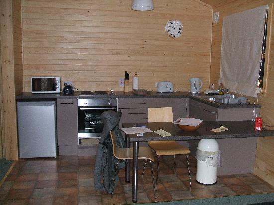 Pine Bank Chalets: Kitchen area in the one bedroom chalet