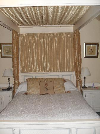Claxton Hall Cottage B&B : Four poster bed