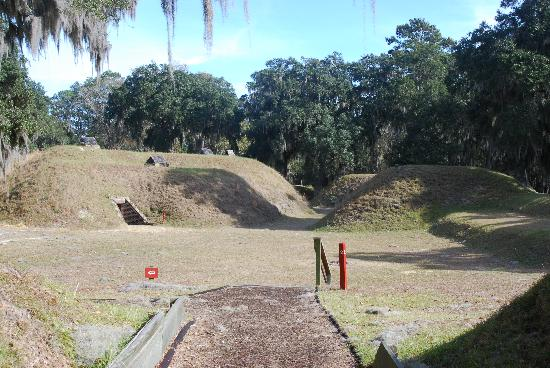 Fort McAllister State Park: Note the stakes for the walking tour