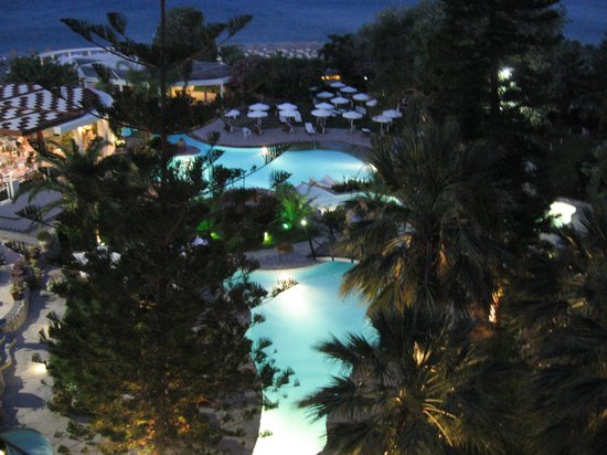Hotel Calypso: Vue de la îscine de ma chambre la nuit