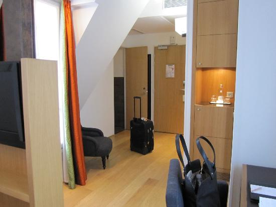 Hotel Le Six: Junior suite room - large room, picture does not show entire room