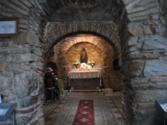 Meryemana (The Virgin Mary's House): A casa de Maria por dentro hoje é uma capela